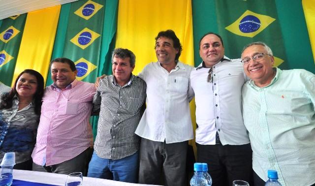 Lobão Filho entre os deputados Graça Paz e Jota Pinto, o prefeito de São Bento, Carrinho, o secretário Isaac Dias Filho e o pré-candidato a senador Gastão Vieira