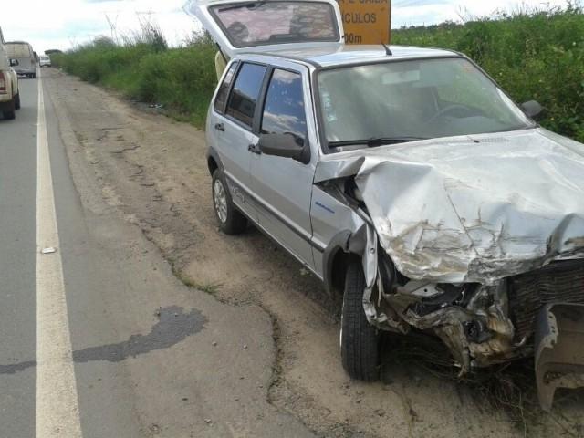Fiat Uno ficou a frente destruída, mas motorista, que perdeu controle da direção, também saiu ileso