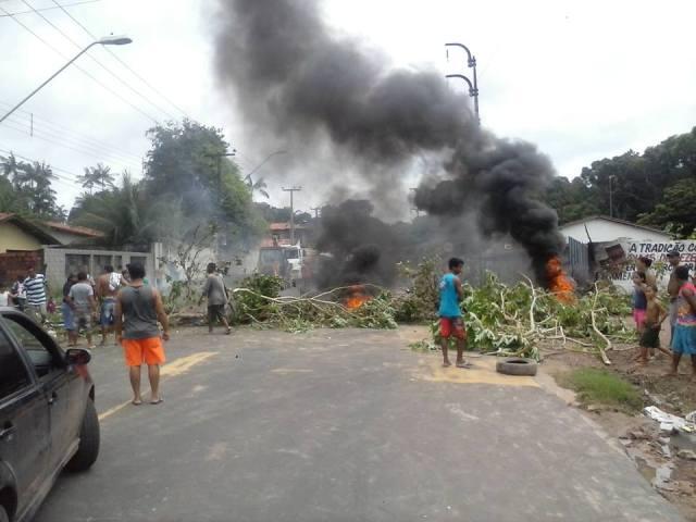 Manifestantes queimaram pneus e galhos de árvores para protestar por melhor infraestrutura e contra instalação de presídio