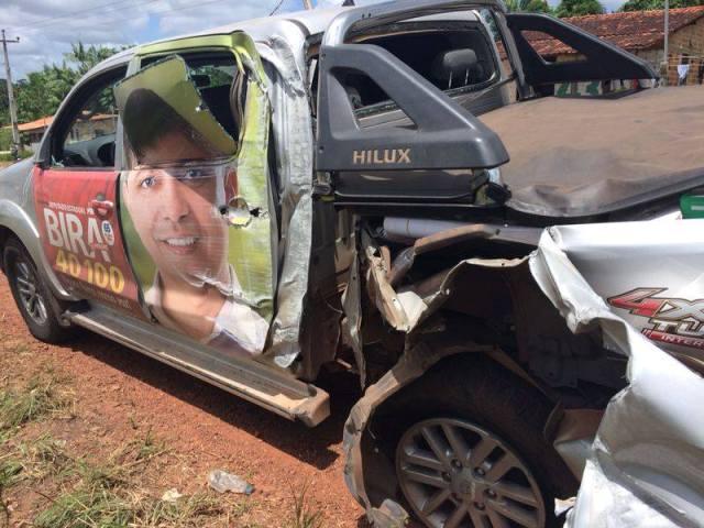 Caminhonete Hilux que transportava Bira do Pindaré e assessores ficou parcialmente destruída