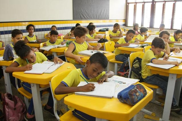 Alunos realizam atividades em sala de aula em uma das multas escolas que não pararam durante a greve