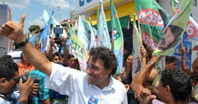 Lobão Filho faz sinal de positivo durante caminhada em Santa Helena, onde o povo repudiou falso discurso da mudança