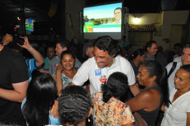 """Candidato da coligação """"Pra Frente, Maranhão"""" é cumprimentado por eleitores em Balsas"""