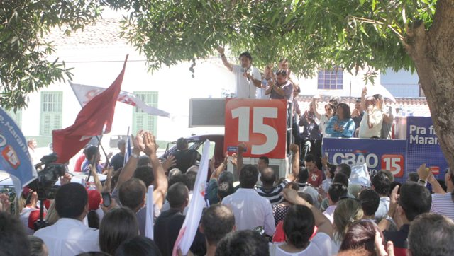"""Candidato da coligação """"Pra Frente, Maranhão"""", Lobão Filho, foi festejado pelo povo em sua passagem por Carolina"""