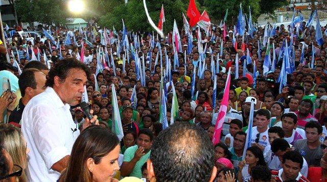 """Candidato da coligação """"Pra Frente, Maranhão"""" fala à multidão na Praça Deodoro"""