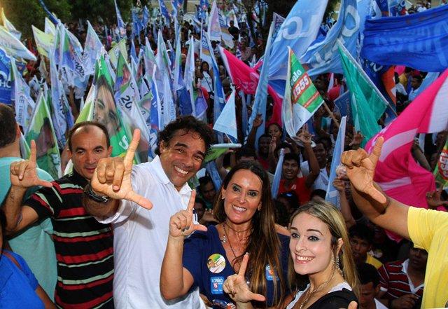 Lobão Filho, a esposa, Paulinha, e a filha, Tatiana, fazem gesto que simboliza a inicial do candidato