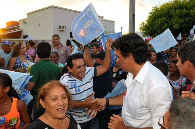 Candidato da coligação Pra Frente, Maranhão recebe o carinho de eleitores em Sambaíba
