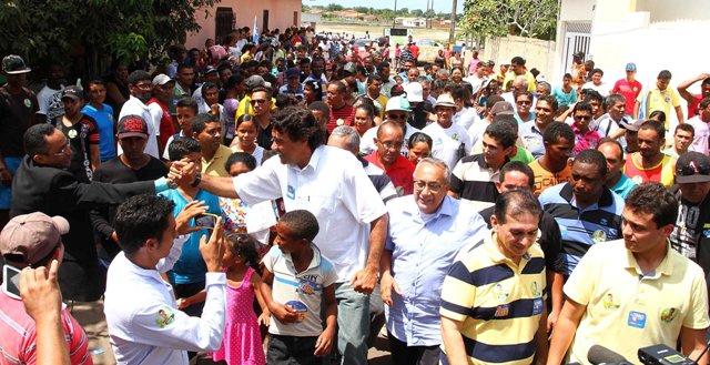 """Na companhia de Gastão Vieira, candidato ao governo da coligação """"Pra Frente, Maranhão""""  cumprimenta eleitores"""