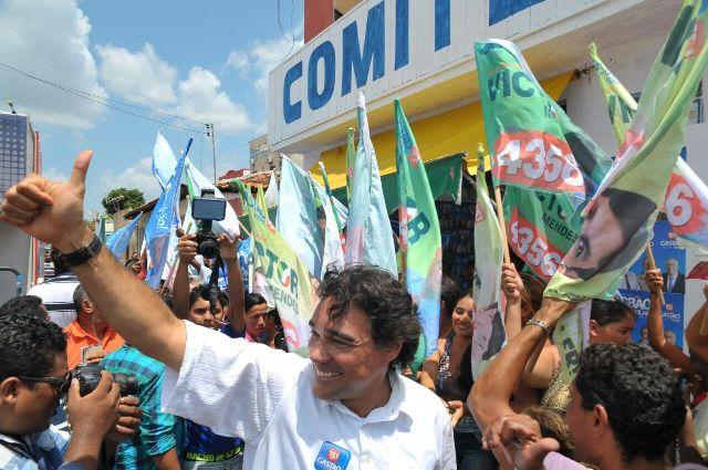 Lobão Filho acena para a população, que deu boa acolhida durante a passagem do candidato por Turilândia