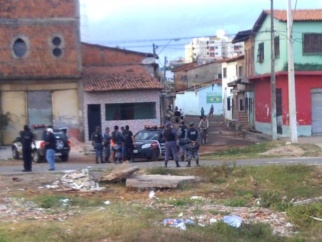 Policiais fizeram batidas em imóveis para cumprir mandados de prisão em desfavor de traficantes