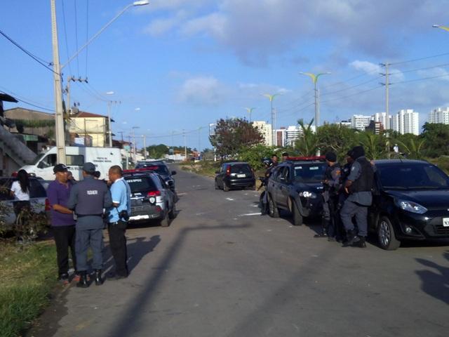 Militares envolvidos na operação abordaram pessoas em via pública em busca de armas e drogas
