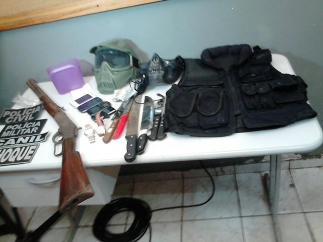 Rifle, colete, balaclava, armas brancas, celulares e outros itens apreendidos na megaoperação