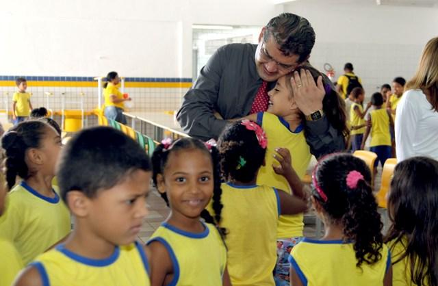 Secretário de Educação, Geraldo Castro Sobrinho, abraça aluna no primeiro dia de aulas após a greve
