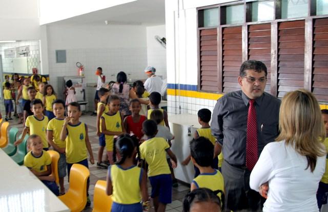 Secretário Geraldo Castro Sobrinho acompanhou a retomada das aulas nesta terça-feira e conversou com estudantes e professora