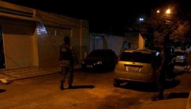 Policiais militares observam carro abandonado por bandidos que tentaram incendiar ônibus no Cohatrac (Foto: Blog do Luís Pablo)
