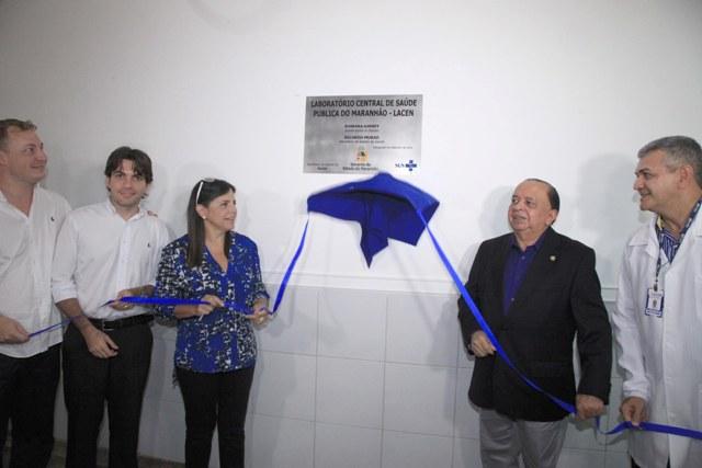 Roseana e o subsecretário de Saúde, José Márcio Leite, descerram placa  marcando reinauguração da unidade de saúde