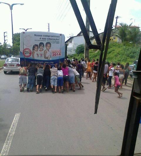 A licitação das linhas é fundamental para que cenas como a de passageiros empurrando ônibus se repitam