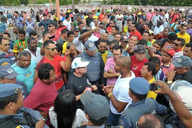 Clima é tenso entre manifestantes, agentes da SMTT e PM, que pode usar a força para desbloquear a via