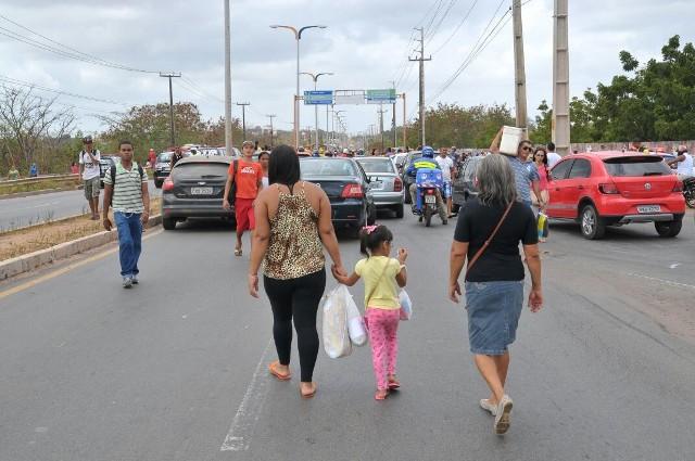 Usuários foram obrigados a descer dos ônibus e continuar o trajeto a pé por causa do protesto