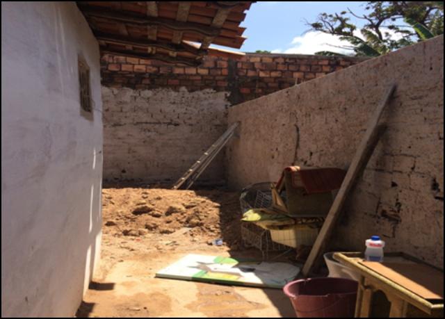 Área externa da casa onde os policiais foram recebidos a bala e atacados por pitbulls