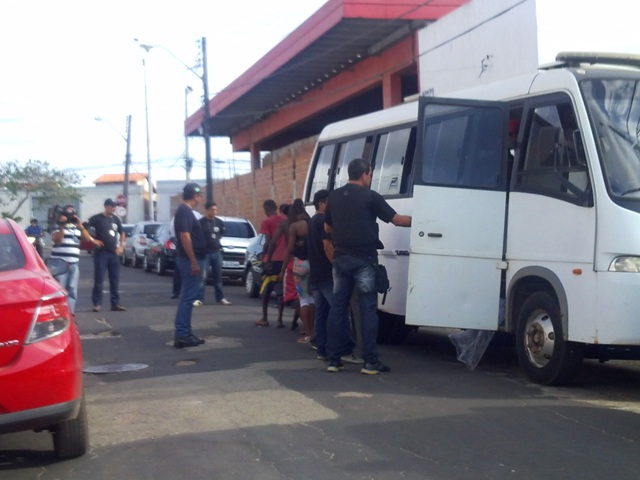 """Dependentes químicos resgatados em """"cracolândia"""" no Centro Histórico são colocados em microônibus"""
