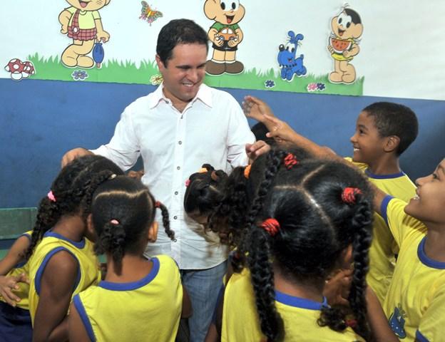 Edivaldo é cercado por alunos da escola Mariana  Pavão em manifestação de carinho