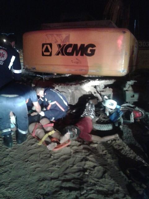 Corpo do motociclista Dialisson e sua companheira sendo socorrida após o grave acidente