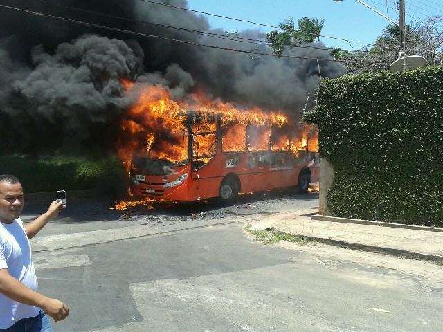 Ônibus em chamas no Recanto dos Vinhais após mais um ataque criminoso cometido por facções