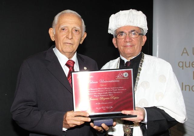 Reitor Natalino Salgado entrega honraria a Josemar Bezerra Raposo, 79 anos, um dos primeiros docentes da UFMA