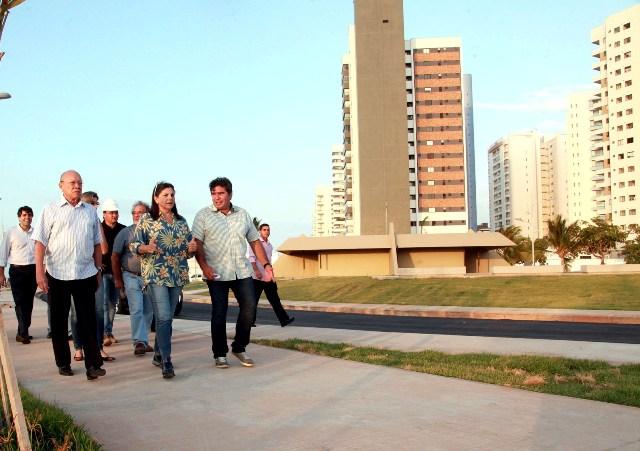 Roseana Sarney caminha no calçadão do Espigão Costeiro acompanhada de senador João Alberto e do prefeito de Buriti Bravo, Cid Costa