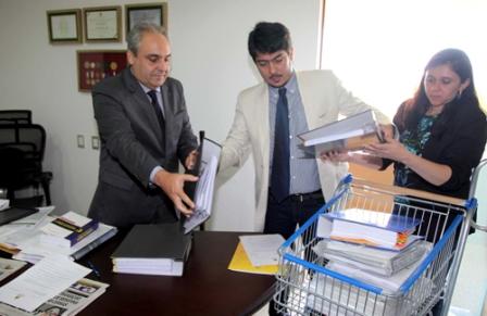 Chefe de Gabinete da Casa Civil entrega documentação, em carrinho de supermercado, ao deputado Marcelo Tavares
