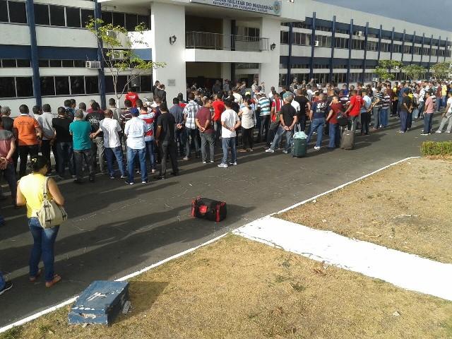 Centenas de policiais preparados no Comando Geral da PM, no Calhau, antes do embarque