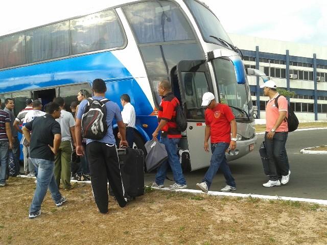 Militares embarcaram em ônibus que os levariam ao interior