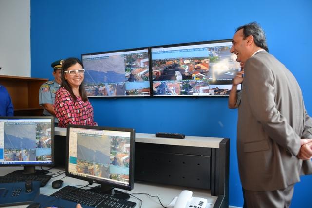 Governadora Roseana e secretário Marcos Affonso na sala de videomonitoramento da USC Coroadinho