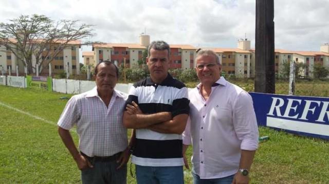 Vinícius Saldanha no CR José Carlos Macieira entre o diretor Batista Oliveira e o presidente Sérgio Frota