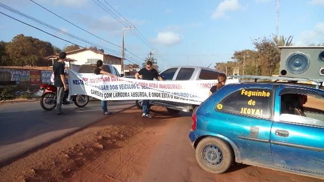 Protesto na Estrada do Araçagi teve carro de som, faixa e causou transtornos a milhares de pessoas