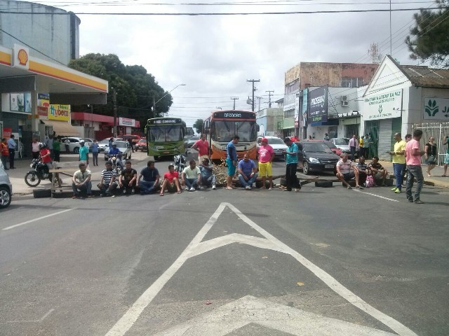 Sentados no chão, motoristas de carrinhos bloquearam o tráfego no Centro (Foto: Andressa Valadares)