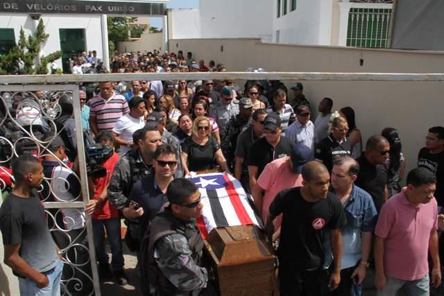 Caixão com o corpo do PM David do Vale é levado em cortejo (Foto: Biaman Prado)