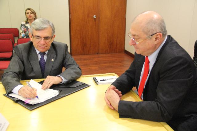 Reitor da UFMA, Natalino Salgado, assina contrato diante do ministro das Comunicações, Paulo Bernardo