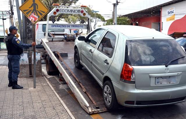 Carro usado em transporte irregular é rebocado durante a operação