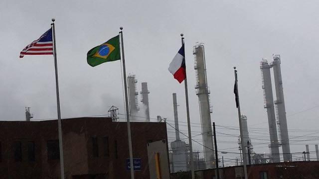 Bandeira brasileira hasteada ao lado da bandeira dos EUA na entrada da refinaria de Pasadena