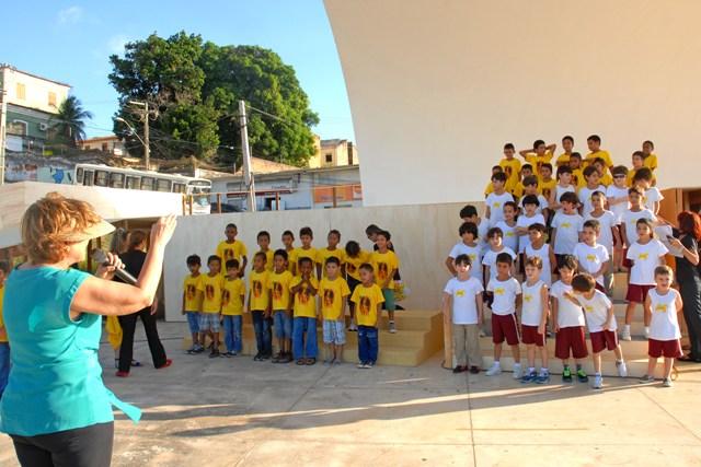 Pais, alunos, professores e gestores realizaram os últimos preparativos e participaram dos ensaios finais para as apresentações