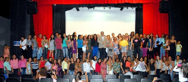 Secretário Geraldo Castro Sobrinho entre dezenas de professores inscritos para cursos de formação continuada
