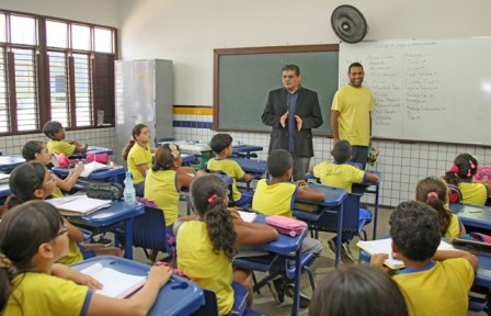Geraldo Castro conversar com alunos em sala de aula