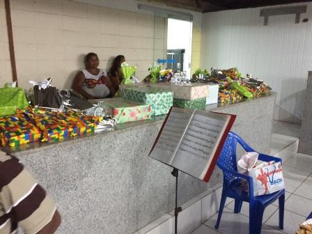 Após apresentação do coral, participantes receberam presentes de Natal