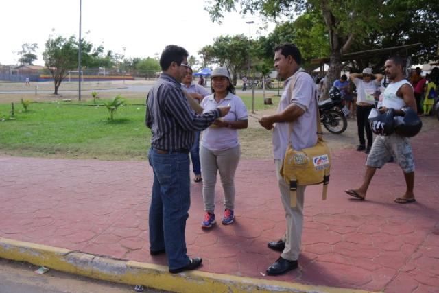 agentes comunitários de saúde e de endemias distribuíram panfletos e orientaram a população sobre as formas de contágio