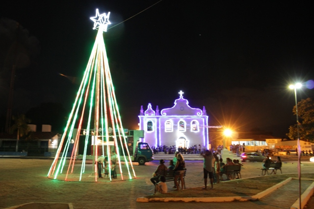 Luzes enfeitam praça matriz e compõem cenário natalino na sede de Paço do Lumiar