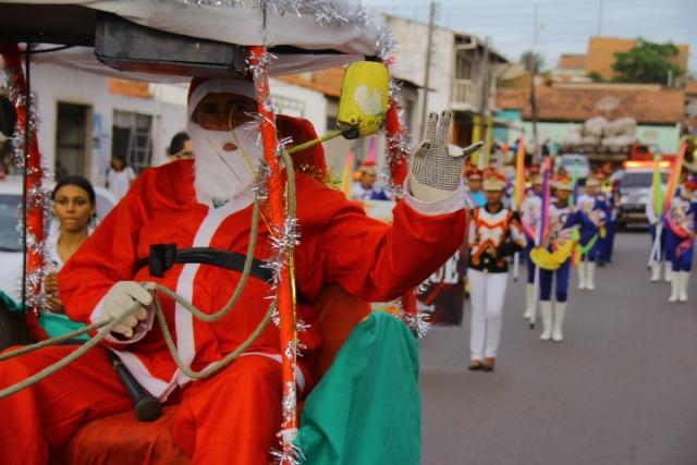 """Papai Noel puxa cortejo, seguido pela banda municipal """"La Rocque"""""""