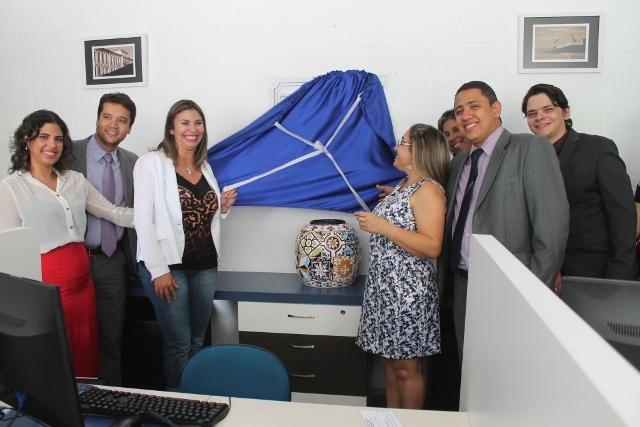 Secretária Luiza Oliveira, ao lado do gerente do Procon, Kleber Moreira, descerra placa de inauguração da nova sede do Procon