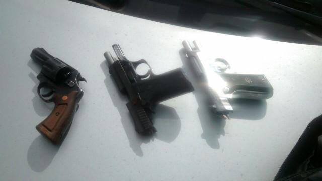 As duas pistolas .40 e o revólver calibre 38 que estavam em poder dos bandidos mortos